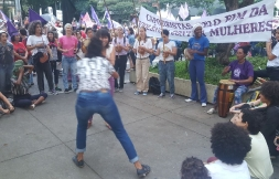 Ato dia das Mulheres na Praça Oswaldo Cruz